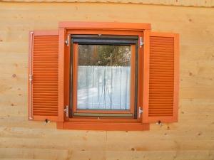 Okno z odprtim rolo komarnikom